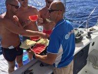 Sirviendo sandia en el barco