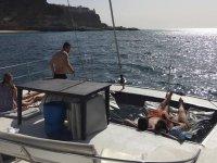 Tumbados al sol en el catamaran