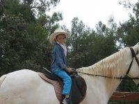Niño en un caballo blanco