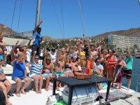 Brindando juntos en el catamaran