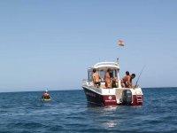 Grupo de personas en paseo en barco realizando pesca