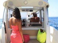 Hombre y mujer en paseo en barco organizado por Black Crab