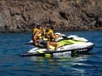 En dos motos de agua con chalecos amarillos