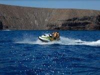 Girando en la moto nautica