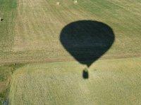 La sombra del globo sobre los campos
