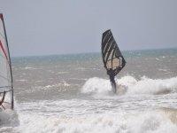 Grandi onde con il windsurf