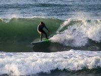 Paddle surf che controlla l'onda