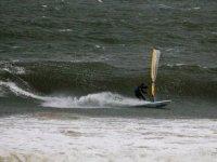 Windsurfista che entra nel mare