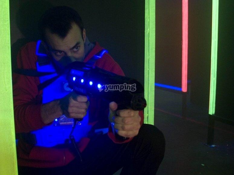 Apuntando con el arma laser