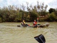 女孩划独木舟沿河河