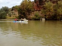 En pareja remando en el rio