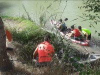 Monitores ayudando desde la ribera