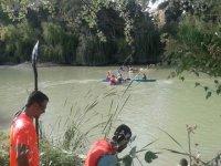 Supervisando el grupo de piraguas en el rio