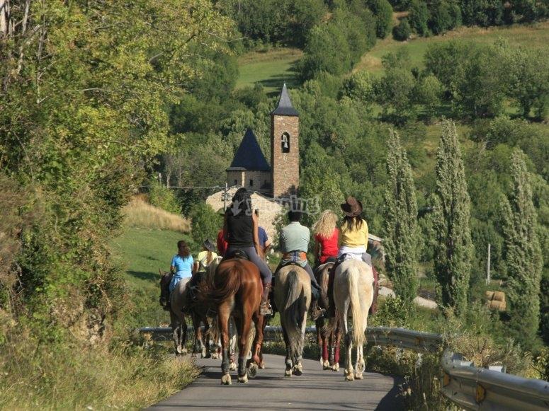 Grupo dando un paseo a caballo