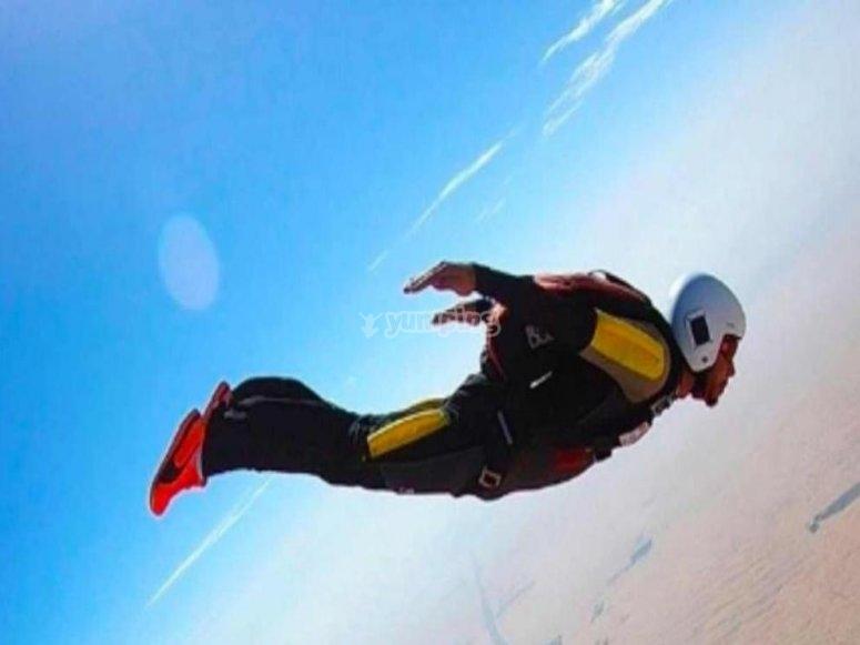 Lewis Hamilton saltando en paracaídas