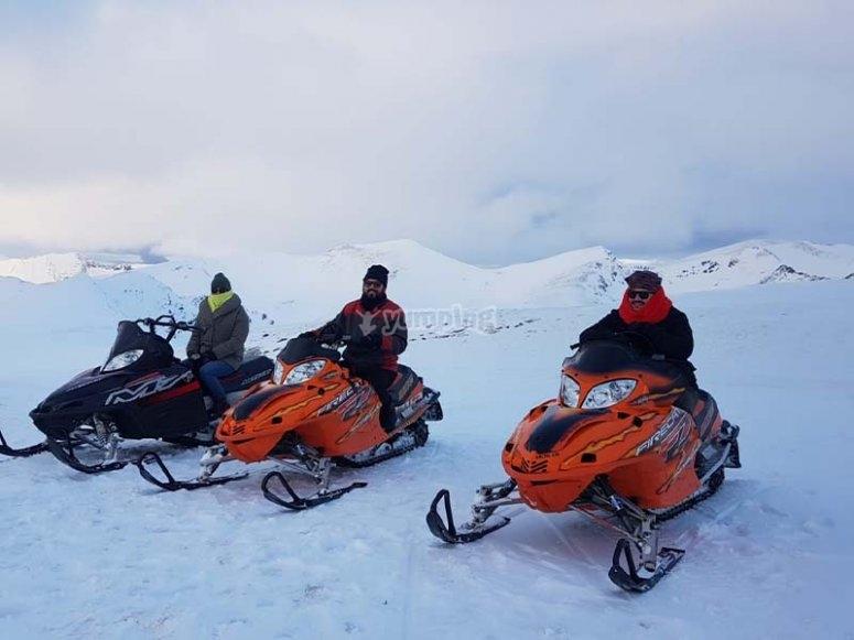 Disfrutando de un paseo en moto de nieve