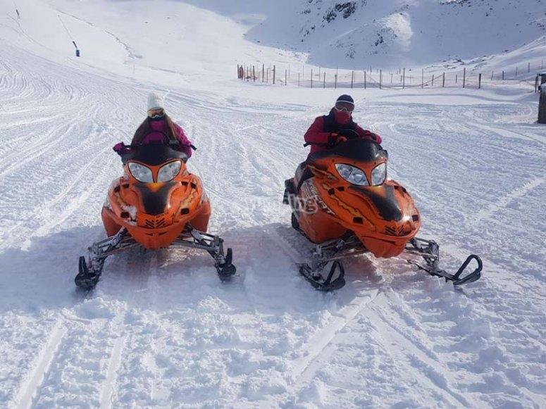 Recorriendo la montaña en moto de nieve
