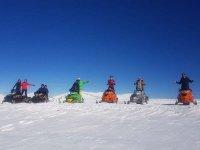 Motos de nieve con amigos