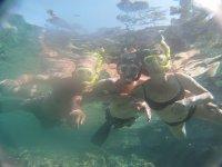 Justo bajo la superficie del agua