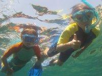 Peques haciendo snorkel
