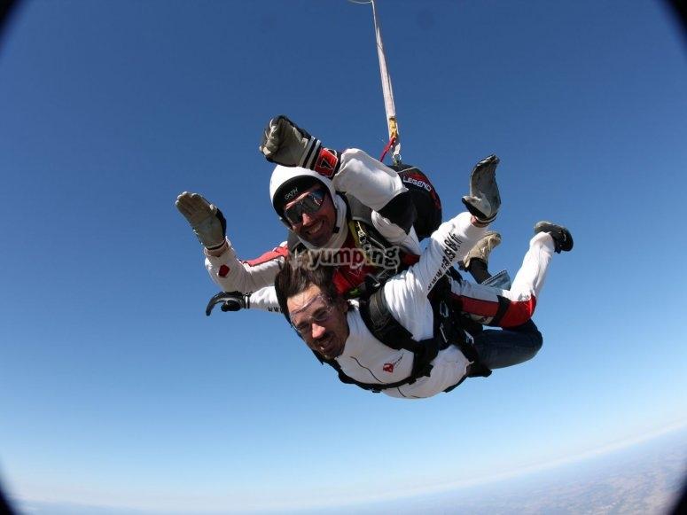 disfrutando del salto en paracaidas en pau.