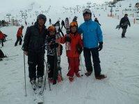 padres e hijos en la nieve