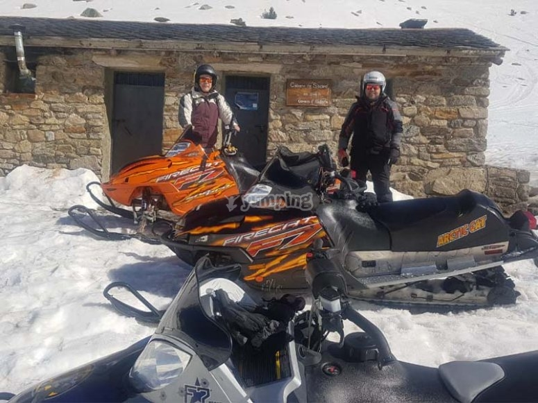 Descubriendo rincones en moto de nieve