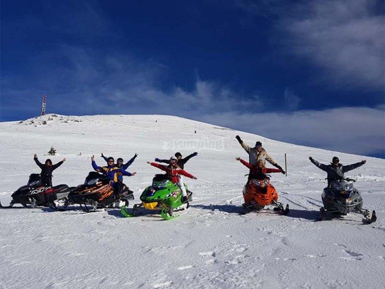 Divirtiéndonos con una ruta con motos de nieve