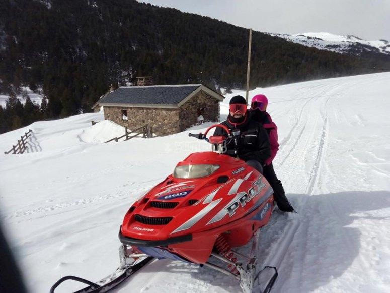 Montando en moto de nieve