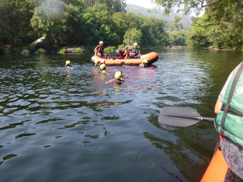 Tirandose al agua desde la balsa