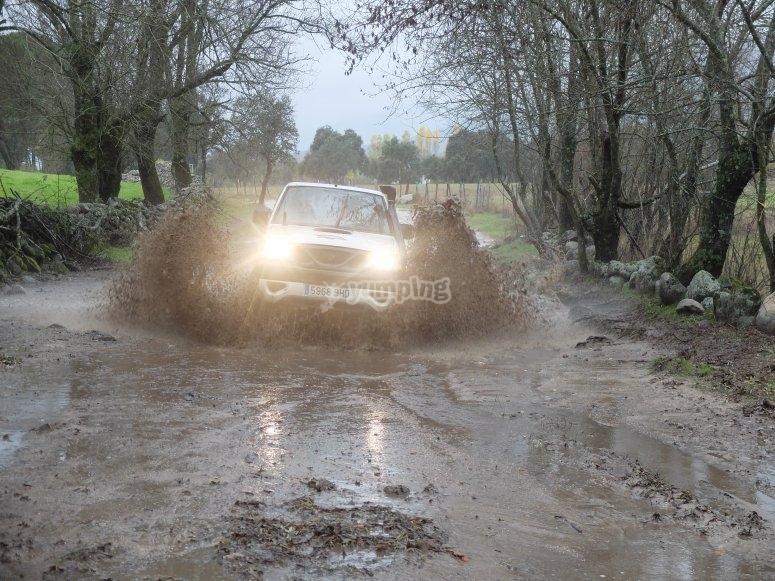 Attraversamento di strade fangose in 4x4