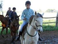 Alumnos sobre los caballos