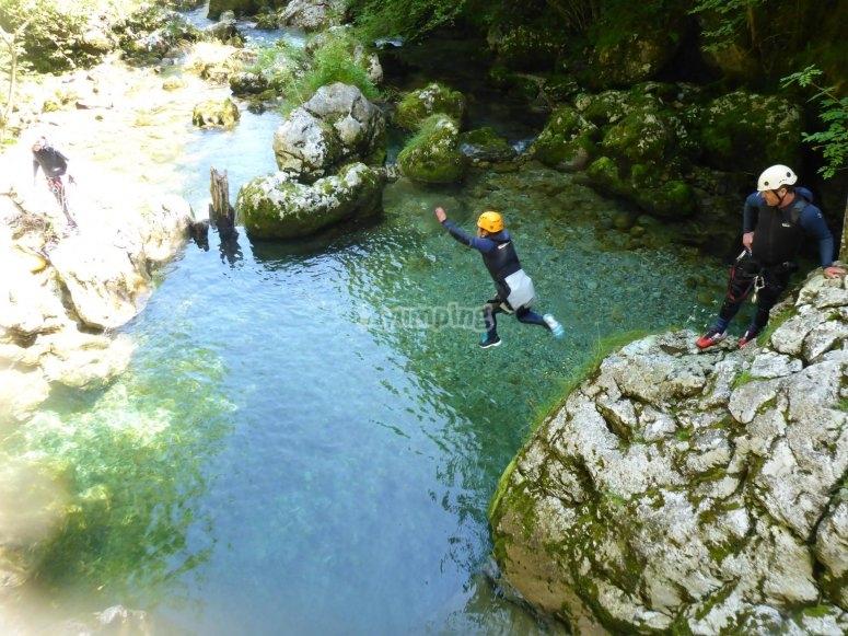 Salto a la poza en el río Casaño