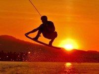 Espectacular salto al atardecer en wakeboard