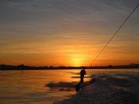 La puesta de sol mientras haces wakeboard