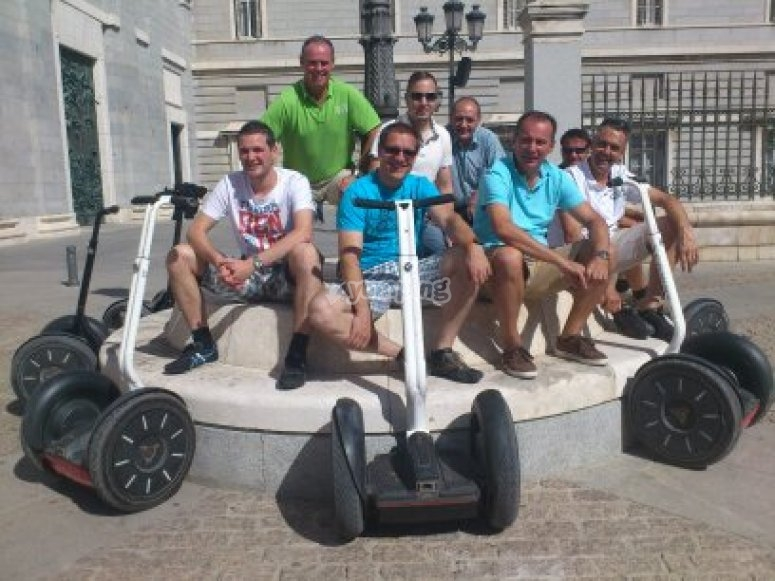 Grupo de participantes en el Botín segway tour (SegwayTrip Tours Madrid España)