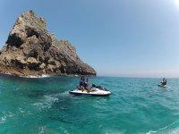 Motos de agua en aguas turquesas