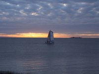 日落时的帆船