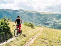 Mirando el paisaje de Álava desde la bici