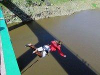 Salto desde el puente de Valdivia