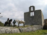 Con los caballos frente a las ruinas
