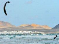 在兰萨罗特享受风筝冲浪