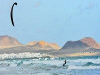 与风筝一起航行。 Caleta de Famara