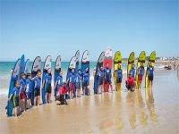 Alumnos de surf en la escuela de Chiclana