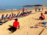Alumnos de surf en la playa en Cadiz