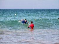 Con la tabla en las olas de Chiclana
