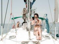 在船甲板上拍照