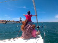 家庭在帆船上航行