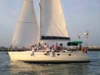 坐在在韦尔瓦(Wuelva)的帆船上