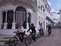 在阿拉塞纳的街道上骑山地自行车